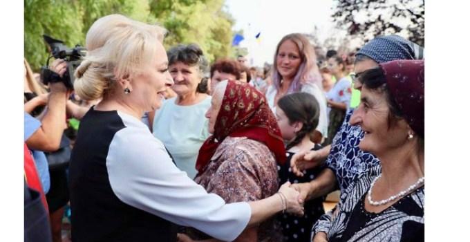 """(Foto) Cristina Topescu, despre Viorica Dăncilă: """"Să te duci in campanie, unde te întâlnești cu oameni săraci, cu rochie Fendi și broșa Chanel, cam câtă minte să ai??? Cum sa te duci așa gătită, pe tocuri, cu gentuțe false si tot tacâmul la oamenii aia amărați, cum? Hai ca poate cocul ala intepenit in fixativ, de pe vremea tovarășelor din comunism, nu șochează, ca au văzut ..."""" 10"""