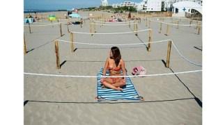 """Liana Alexandru: """"E un salt al civilizației ca între trupuri la plajă să fie o distanță socială de trei metri. Am atâtea experiențe de neam prost pe litoralul românesc cu lipicioși care-și puneau cearșaful la picioarele șezlongului, încât regula asta mi se pare o binecuvântare. Anul trecut, ne-am trezit cu un ..."""" 11"""