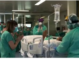 (Video) Şofer român de TIR infectat cu coronavirus în Spania, salvat și scos de la Terapie Intensivă în aplauzele medicilor 17