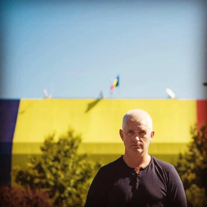 (Video) Muncitorii români de pe un șantier din Londra cântă imnul României! La Mulți Ani! 1