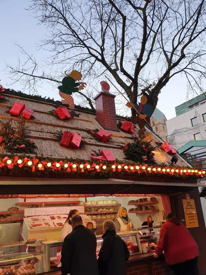 """(Foto) Mai frumos la Târgurile de Crăciun din Cluj, Brașov, Sibiu sau București? Tamara: """"Dortmund se lauda cu cel mai înalt pom de Crăciun din lume: 45 m. Atmosfera este una relaxata, toți se amuza, cu mic, cu mare, lipsiți parca de griji, bucuroși sa-l vadă pe Mos Crăciun ( aici, Nicholas) !"""" 4"""