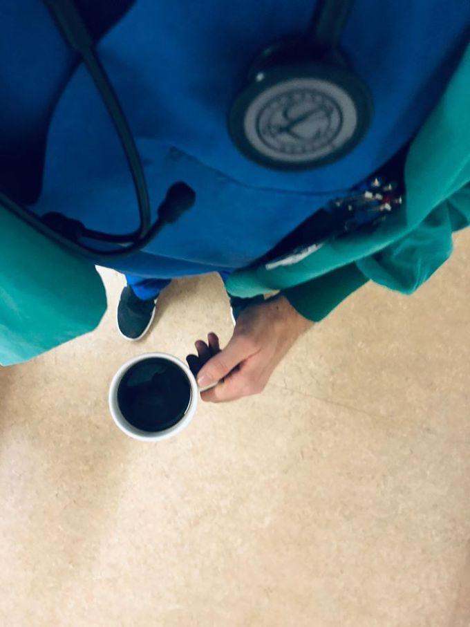 """Codrin, anestezist în Germania: """"Mă apropii vertiginos de 100 de ore petrecute în spital săptămâna aceasta. Patru gărzi. Linia 1, singurul anestezist din spital.Îmi iau cafeaua dinainte de culcare, închid cărțile și merg să-mi mai revăd pentru a nu știu câta oară astăzi pacienții. E liniște. Sun jos în urgențe să văd dacă nu avem ceva posibil de operat.Când sunt obosit ..."""" 1"""