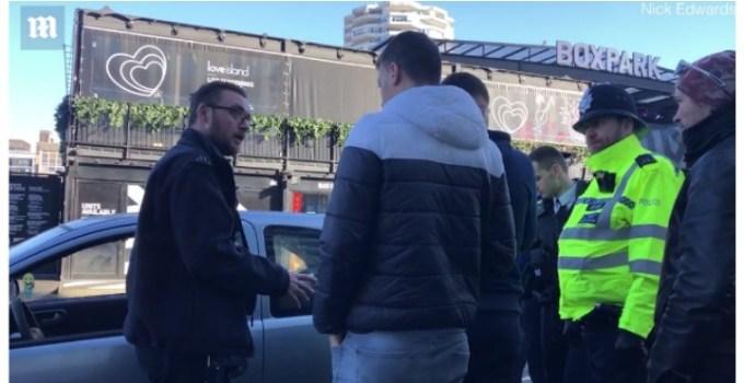 """(Video) Doru Oprea: """"Doi romani si-au lăsat mașina stricata pe trotuar in fata unei stații de metrou din Anglia. Politia a venit si le-a detonat-o cu ajutorul unui robot. Privirea uimita a celor doi romani reveniți la mașina face toți banii"""" 9"""