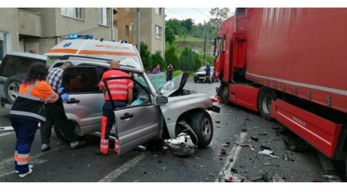 (Foto) Polițist ucis într-un grav accident rutier. A intrat în coliziune frontală cu TIR, pe contrasens 1