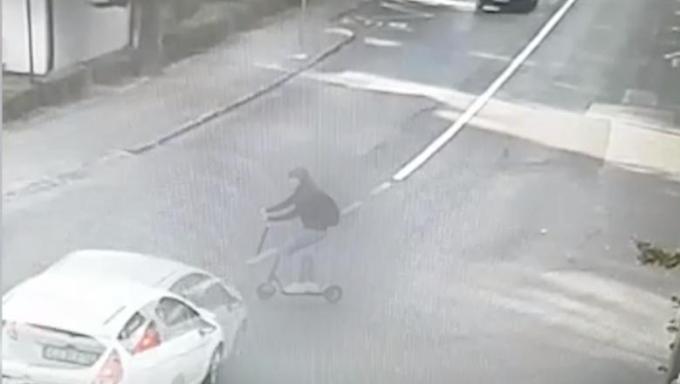 """Silviu Pavel: """"Am dat cu mașina peste o tipa cu trotineta! E mult spus """"am dat"""", dar totuși :( Treaba sta cam așa: am dat sa ies dintr-o parcare pe o strada cu sens unic, dreapta spre stânga ...Din dreapta nu venea nimic, in stânga mea era parcata o..."""" 2"""