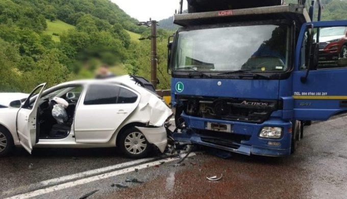 (Foto) Accident Grav. Doi răniți și 4 mașini implicate, din care două TIR-uri, pe Valea Oltului 2