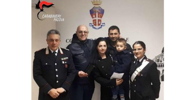 """O româncă din Italia a găsit un portofel plin cu bani și un inel cu diamante. A predat """"comoara"""" carabinierilor 11"""