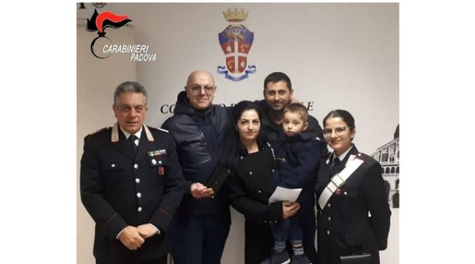 """O româncă din Italia a găsit un portofel plin cu bani și un inel cu diamante. A predat """"comoara"""" carabinierilor 1"""
