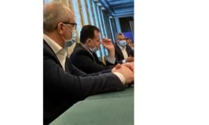 A apărut o nouă fotografie în care premierul Ludovic Orban nu poartă mască și fumează în spațiu închis. Ce amendă primește acum? 45