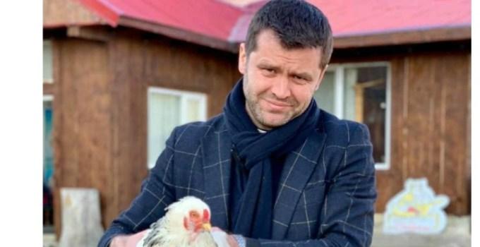 """Francisc Dobos: """"Intru acum câteva minute într-o farmacie din Bucovina: - Bună seara. Ce pastile pentru dureri de gât aveți?  - Așiestia, așielia și șielilalti... - Dați-mi din fiecare.  Platesc și o întreb """"pi farmașistî"""": 16"""
