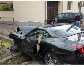 Foto Accident. Un bolid Ferarri, făcut praf duminică într-o localitate de pe traseul Transalpina 9