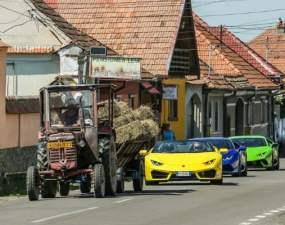 """(Foto) România Adevarată. 3 Lamborghini în coloană după un tractor într-un sat de la noi. """"Romania: daca faci treaba buna cu tractorul nu te intrece niciun Lamborghini"""" 32"""