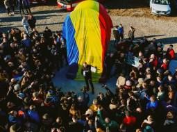 """(Video) Prima BORNĂ GIGANT montată la primul metru de autostradă din Moldova. Ștefan Mandachi: """"Sunt uluit cum s-au putut mobiliza oamenii. Pentru că am mizat doar pe câțiva și au venit o grămadăăă. Fără să fac nicio campanie de PR, fără strategii, fără comunicate de presă. Doar cu o postare de pe persoană fizică. Efectiv de pe o zi pe alta! Faaaantastic! Așa se întâmplă când ..."""" 2"""