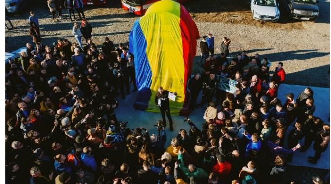 """(Video) Prima BORNĂ GIGANT montată la primul metru de autostradă din Moldova. Ștefan Mandachi: """"Sunt uluit cum s-au putut mobiliza oamenii. Pentru că am mizat doar pe câțiva și au venit o grămadăăă. Fără să fac nicio campanie de PR, fără strategii, fără comunicate de presă. Doar cu o postare de pe persoană fizică. Efectiv de pe o zi pe alta! Faaaantastic! Așa se întâmplă când ..."""" 1"""