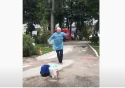 (Video) Dansul bucuriei. Un bunic din România, după ce s-a vindecat de coronavirus, dans în fața spitalului 27