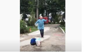 (Video) Dansul bucuriei. Un bunic din România, după ce s-a vindecat de coronavirus, dans în fața spitalului 51