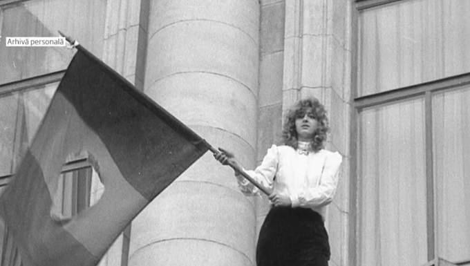 """(Video) Gabriela, fata cu steagul din 22 decembrie 1989: """" Când am plecat de acasă în ziua aceea m-am îmbrăcat cu cele mai bune haine, m-am aranjat, mi-am luat buletinul, în cazul în care mor să mă recunoască cineva. Eram pregătită pentru orice. Asumat. Ori liberă ori moartă."""" 2"""