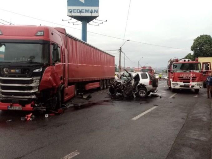(Foto) Polițist ucis într-un grav accident rutier. A intrat în coliziune frontală cu TIR, pe contrasens 2