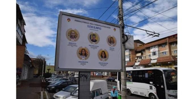 Nu politicienii! Elevii olimpici, puși pe panourile pe panourile publicitare dintr-un oraș din România 11