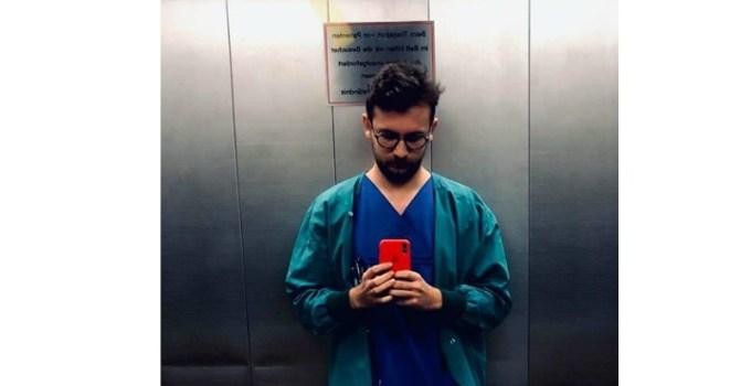 """Medic român în Germania: """"Trei dimineața. Cică ar trebui să am în grijă vreo șapte suflete. Aici sunt singur. Sus tocmai am făcut anestezia unei ocluzii intestinale. L-am chemat pe medicul primar de acasă pentru că deja începeau să se adune tot mai multe și nu mai puteam să le fac față. Sânge, acte, analize, sună un telefon că pacientei din terapie ii merge din ce în ce mai rău, apoi sună celălalt să mă întrebe de alt pacient. Trebuie să-i ascult pe amândoi deodată și să răspund rapid ca să nu..."""" 9"""