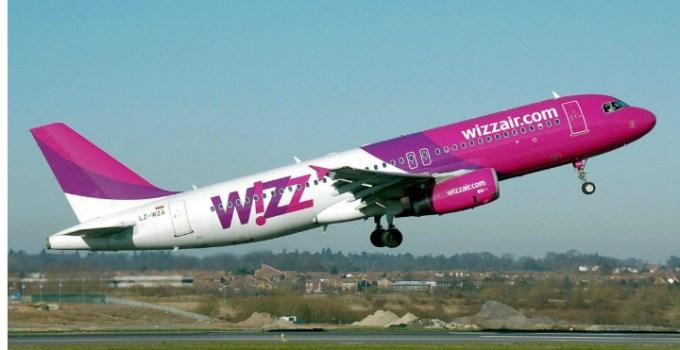 """Gaby: """"Știți momentul acela în care avionul pune roțile pe pistă și toată lumea izbucnește în aplauze?  Îl știți daca ați zburat măcar odată cu Wizz sau Blue Air.Mereu m-am întrebat de unde vine pornirea asta. Exista doua tipuri de """"aplaudaci"""" 5"""