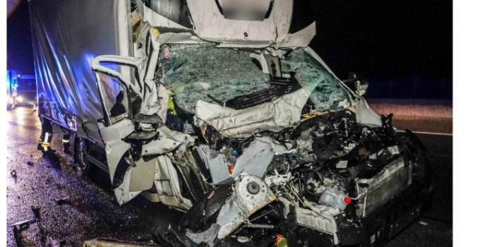 Şofer român de TIR, în Austria, izbit violent de o dubiţă care avea 100 km/h. Românul îngrozit când a coborât din cabină şi a văzut cum arată duba care l-a lovit, din spate 17