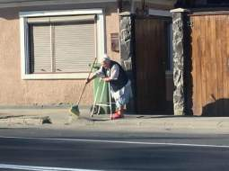 """(Video)  """"Ora 8 dimineața. Făgăraș. O bunicuță sprijinită de un cadru ajutător mătură domol trotuarul din fața casei. Comentariile sunt de prisos"""". Vezi ce mai spune cea mai tânără femeie primar din România: 73"""