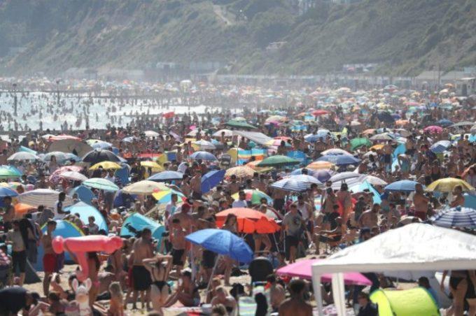 (Video) În România horă pe plajă, la ei zeci de mii de oameni s-au înghesuit pe plajele din Anglia, în cele mai călduroase zile ale anului 1