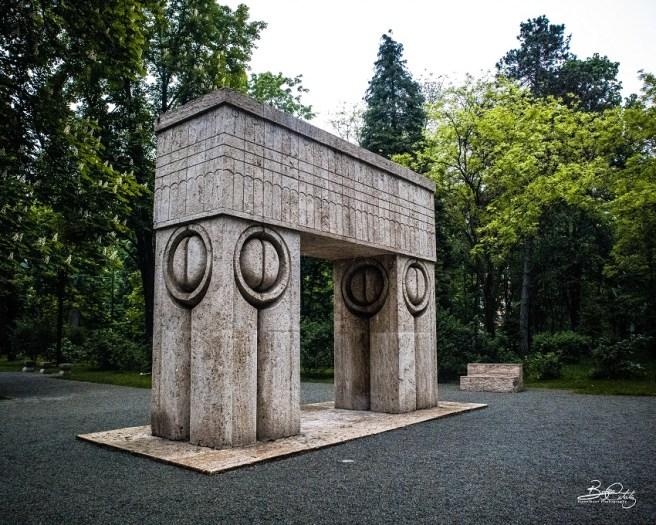 Poarta Sărutului, parte a trilogiei Ansamblului Monumental din Târgu Jiu (artist: Constantin Brâncuși)