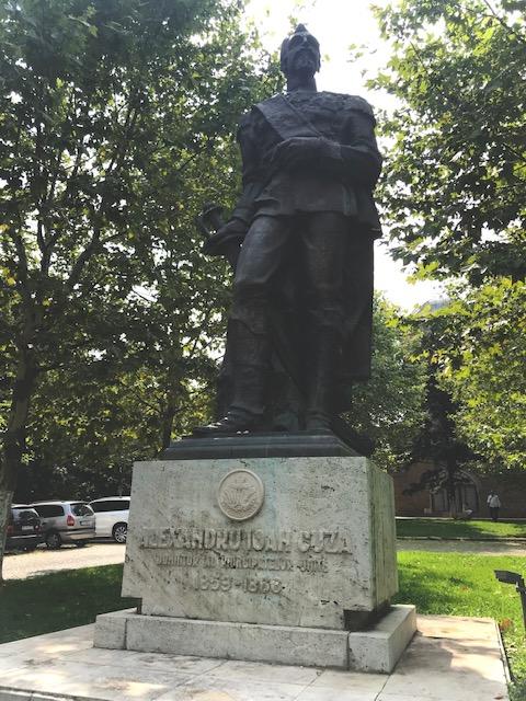 Statuia domnitorului Alexandru Ioan Cuza, situată pe Dealul Mitropoliei din Bucureşti