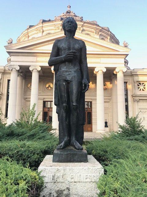 Statuia lui Mihai Eminescu din faţa Atheneului Român (Bucureşti)