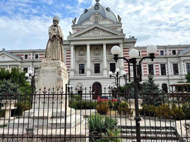 Statuia lui Mihai Cantacuzino, aflată în curtea spitalului Colţea (Bucureşti)