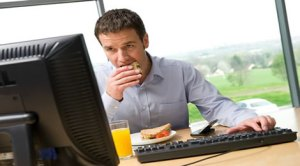 Mâncatul la birou deprimă!