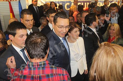 Victor Ponta în mijlocul mulţimii la terminarea discursului