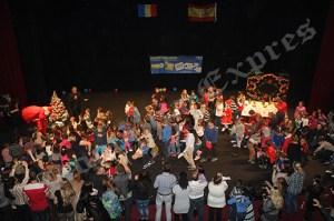 Copiii au urcat pe scenă pentru a primi cadouri de la Moş Crăciun