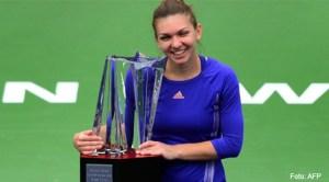 Simona Halep cu trofeul de la Indian Wells 2015