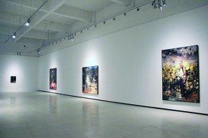 Tablourile lui Adrian Ghenie în sala de expoziţii a Centrului de Artă contemporană din Malaga