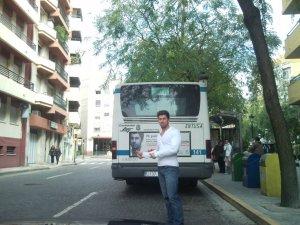 Nicolae Florin Lupşor, în Huelva, lângă un autobuz care îi poartă imaginea