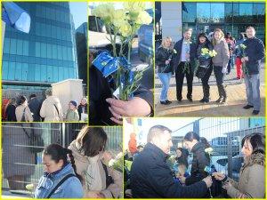Echipa PNL Arganda del Rey oferind flori femeilor de la Secţia Consulară de la Madrid