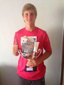 Andrei Bulumac cu trofeul turneului şi cu premiile Forever puse la dispoziţie de 4ever Aloe Vera şi Bajar de Peso