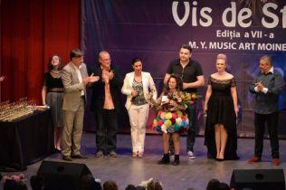 Patricia Crisan - Trofeul festivalului si organizatori + Juriu (foto by Centrul Cultural LIRA - MOINESTI)