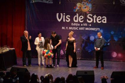 Trofeul Festivalului - Patricia Crisan (foto Centrul Cultural LIRA - Moinesti)