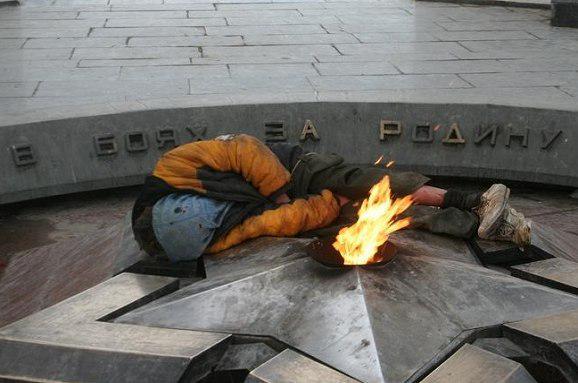 St-Petersburg-Homelss-Near-Eternal-Flame