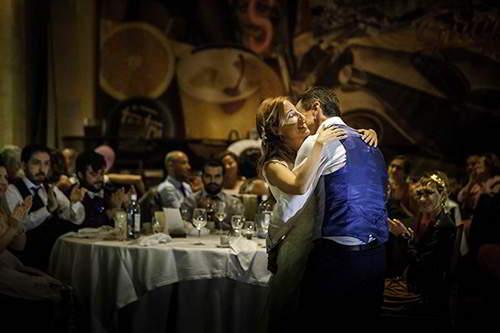 fotógrafos para bodas en segovia, abrazo de los novios