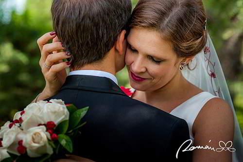 Novios que se abrazan el día de la boda