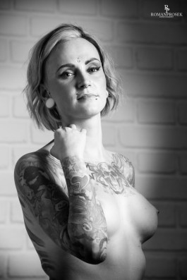 Suicide Girl Carol sesion BW-26