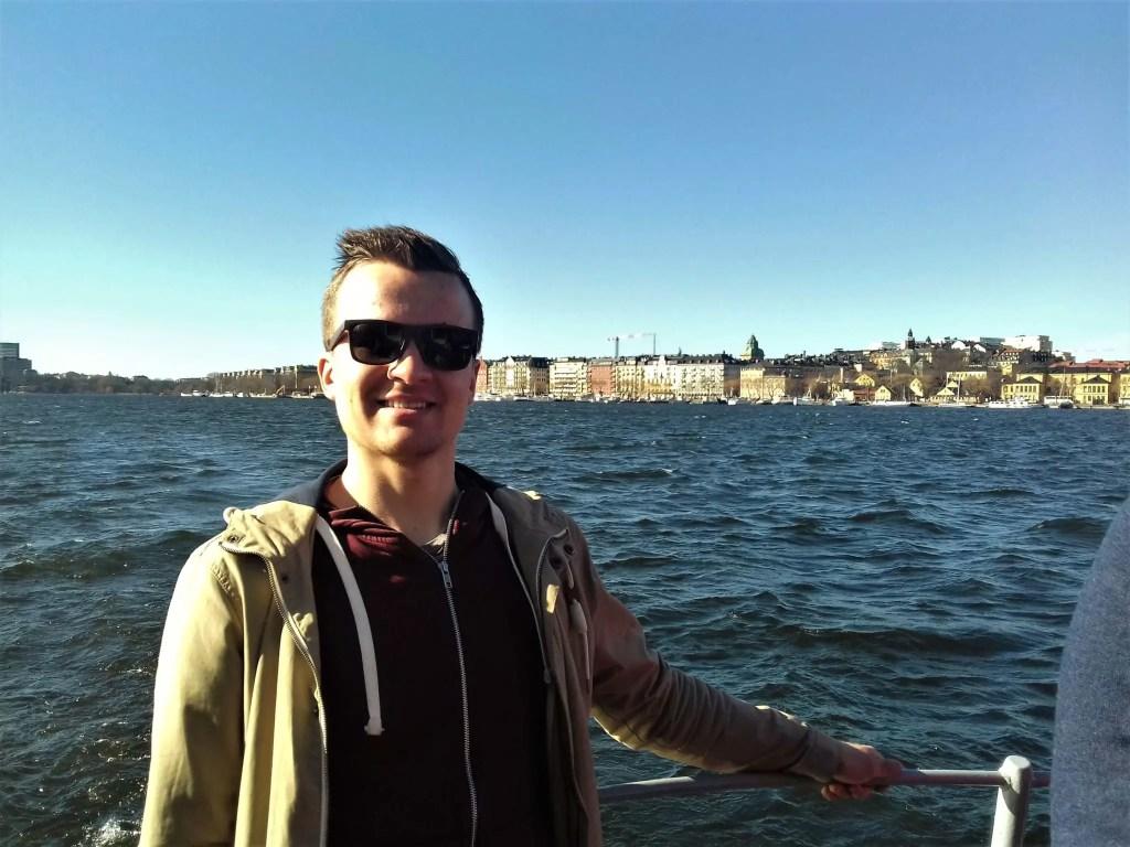 Ветер в волосах на пароме в Стокгольме