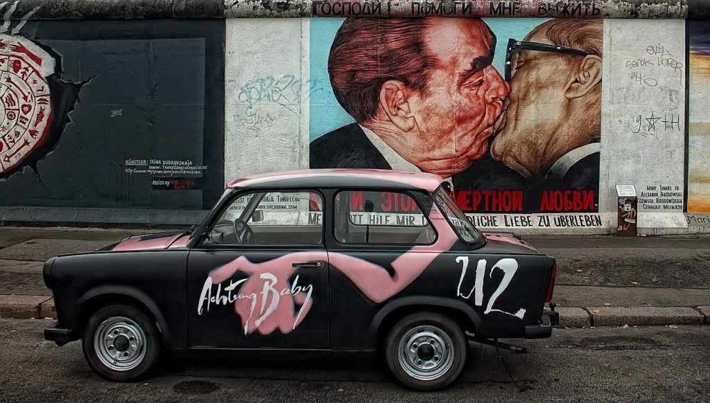 East side gallery, painting of kissing presidents Berlin