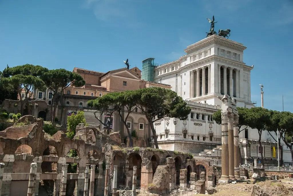 Piazza Venezia, Roman attractions