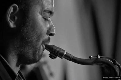Jedermann Cafe, черно-белый саксофонист